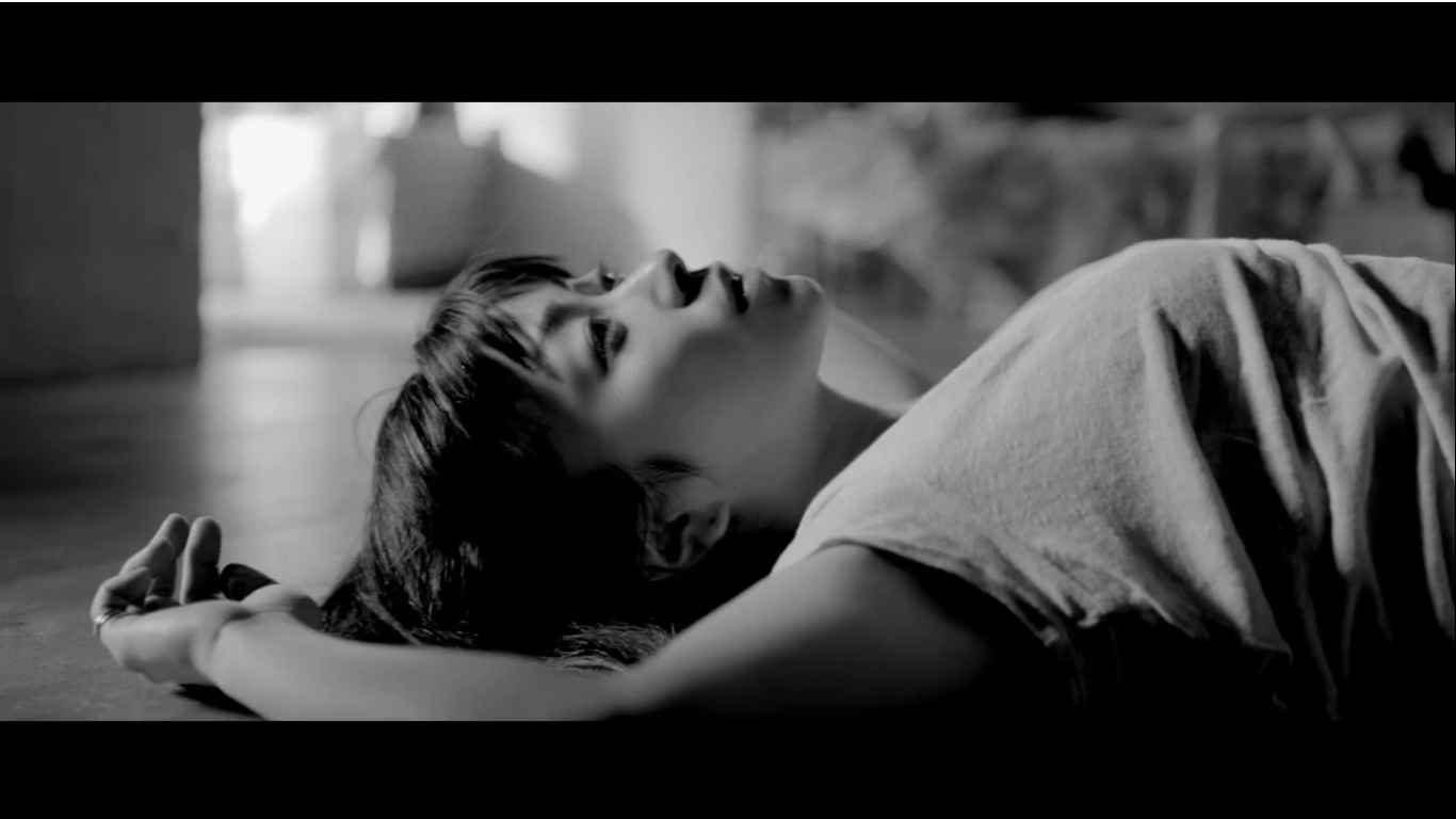【宇多田ヒカル】本人出演MV公開!モノクロ映像に光が差し込む美しい新PV『花束を君に』