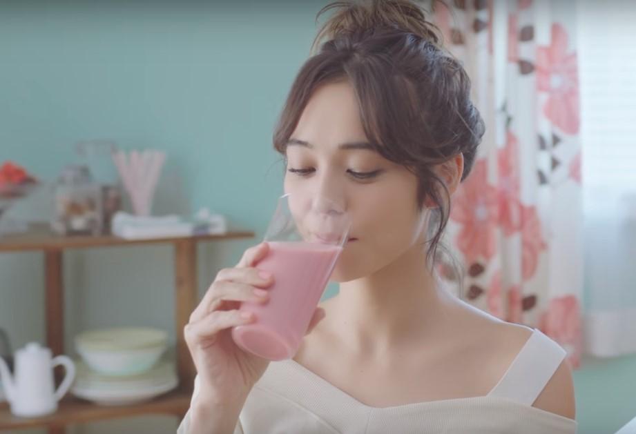 スリムアップスリムCMに出演の女優(女性)って誰?ピンクの服の女の子がかわいい!