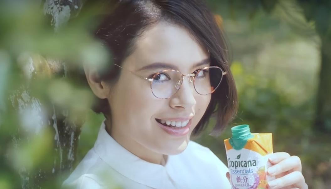 トロピカーナCMのメガネ女優は誰?ジュースを飲むショートカットの女性がかわいい!