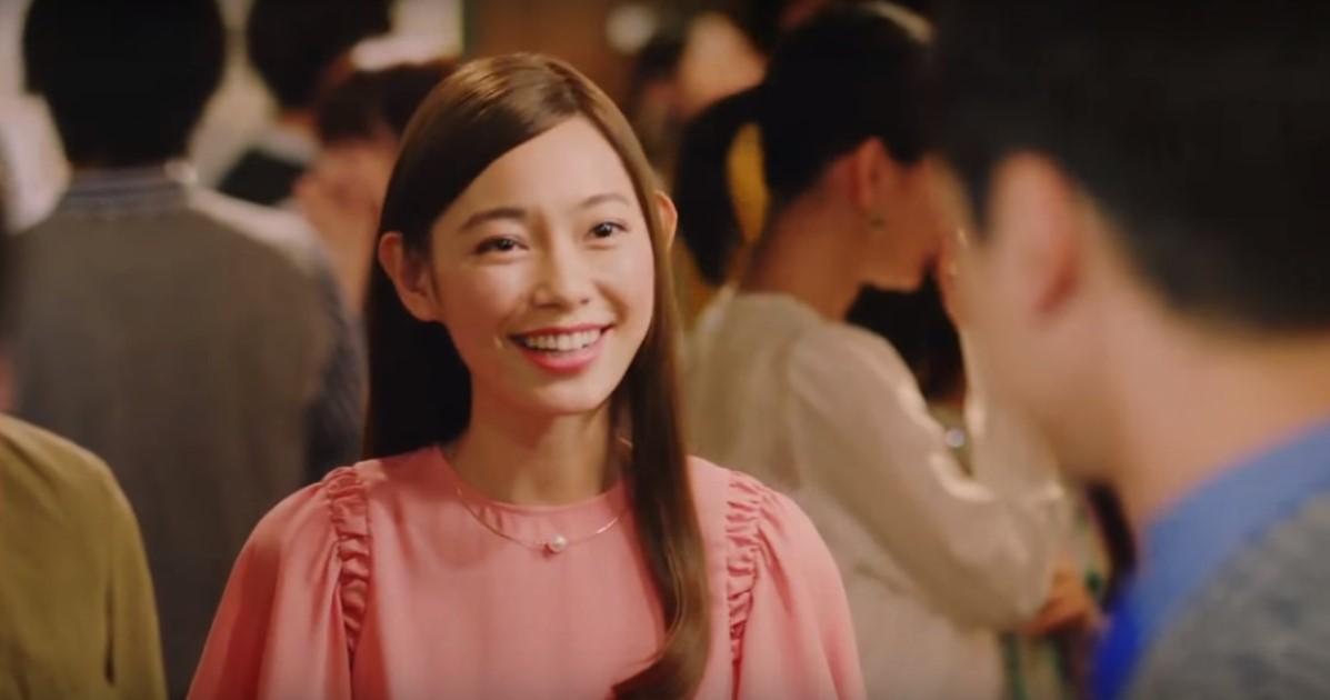 野村證券CMの女性は誰?ピンクドレス姿でパーティーに登場する女優が凄くかわいい!