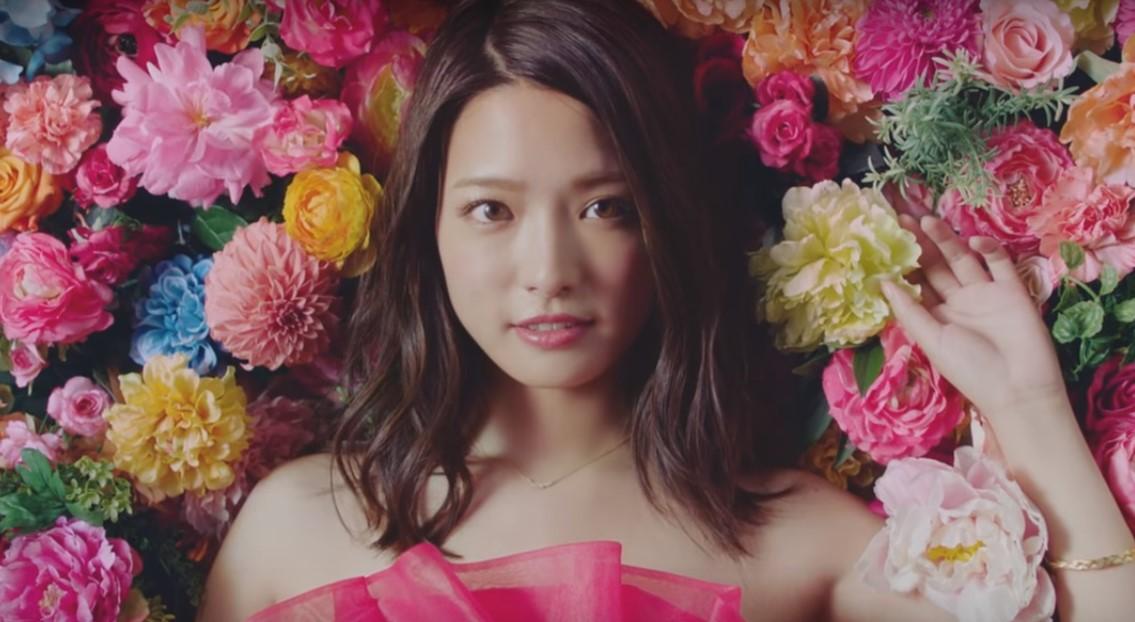 コロリCMの女優は誰?ピンクの花のドレスを着た女性がとってもかわいい!