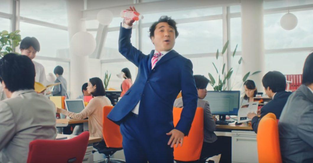 キリンビバレッジの新CM『キリンサプリ カモね篇』に俳優のムロツヨシさんが出演しています!