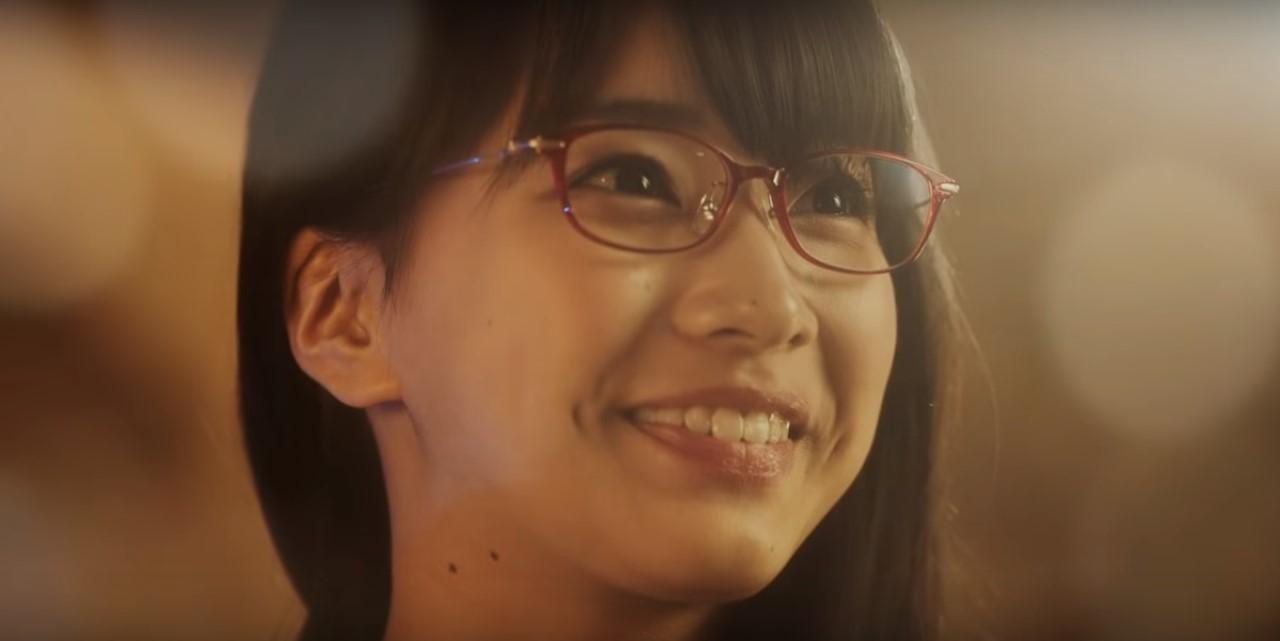 パリミキCMの女優は誰?オルゴール人形に渡されたメガネをかけた女性がかわいい!