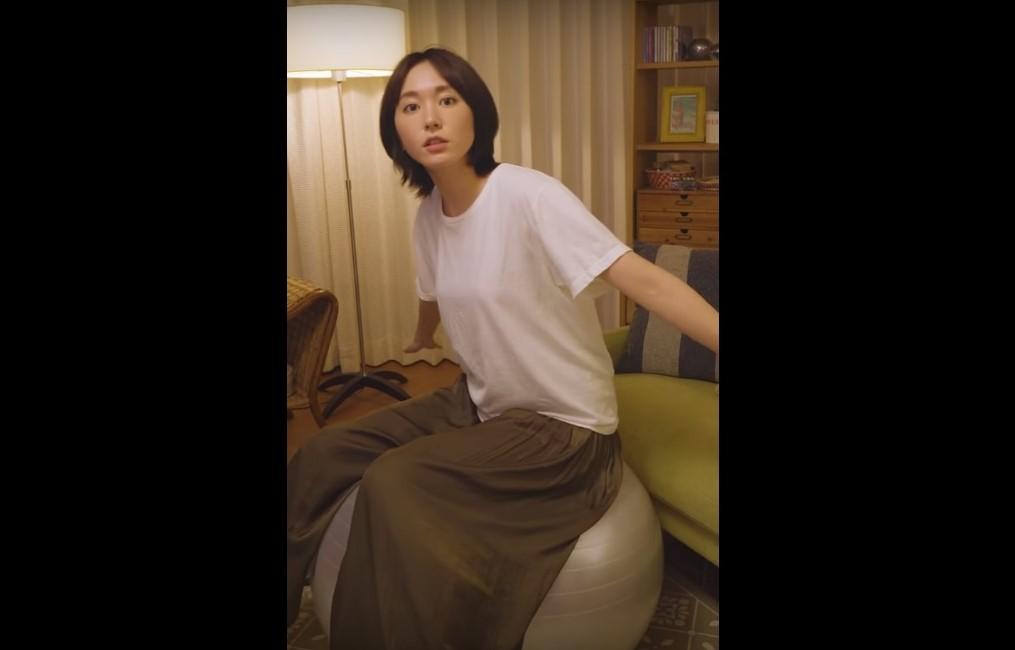 【CM NEWS】バランスボールに乗る新垣結衣がかわいい!#金曜日の新垣さん「気づき篇」