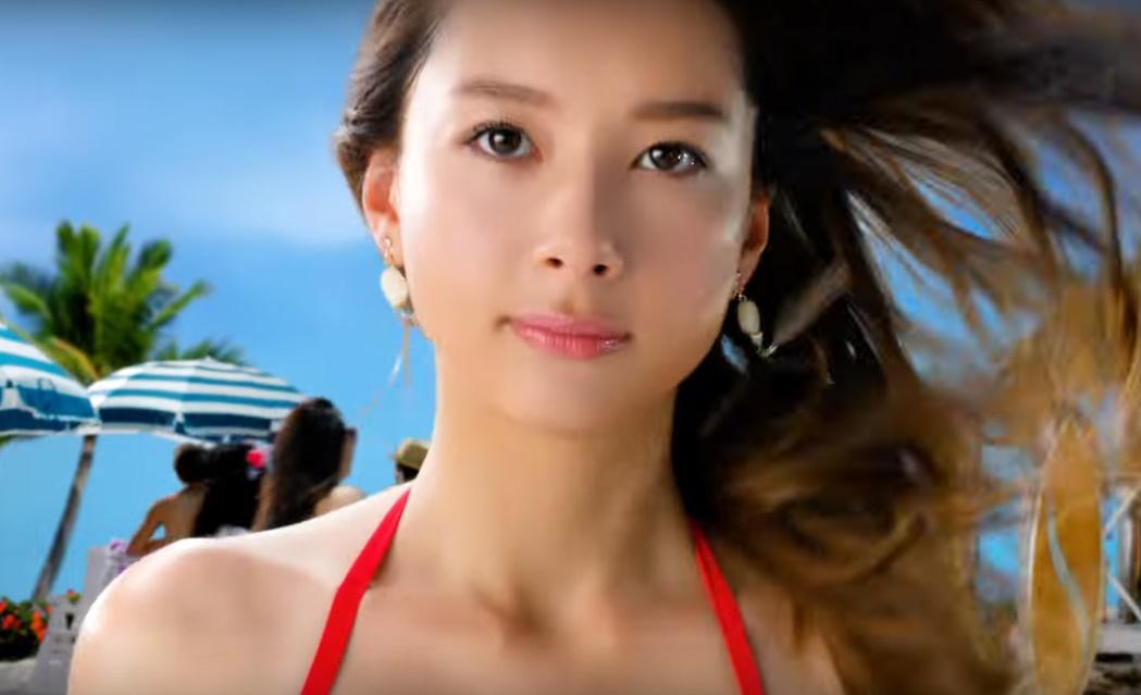 モンスターストライクCMの女優は誰?赤い水着の女性モデルがとってもセクシー!