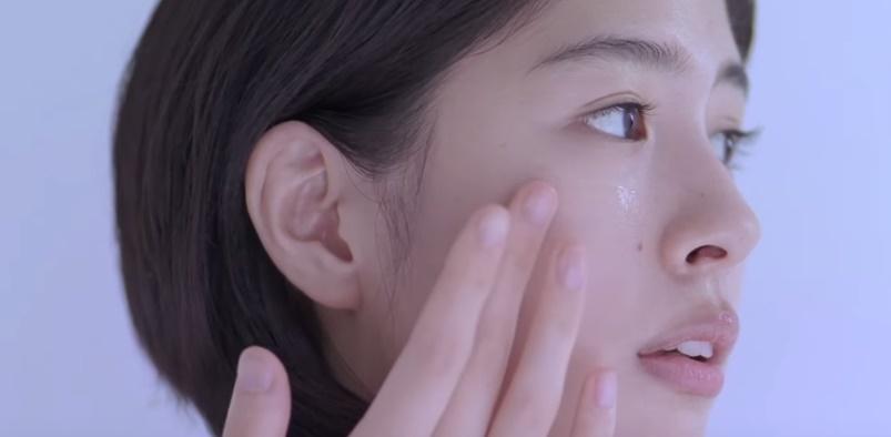 KOSE(カルテクリニティ)CMの女優は誰?化粧水で肌をケアする女性がかわいい!