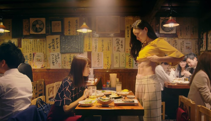 エイブル女子割CMの腹筋が凄い女性は誰?居酒屋で飲む2人の女の子をチェック!
