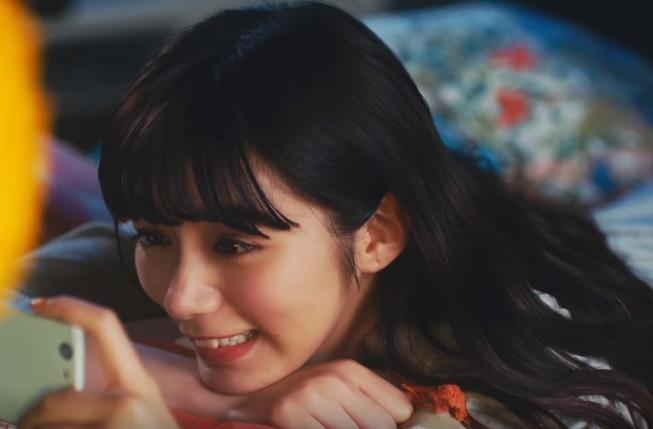 TSUTAYAプレミアムCMの女優は誰?赤いワンピースの女性がかわいい!