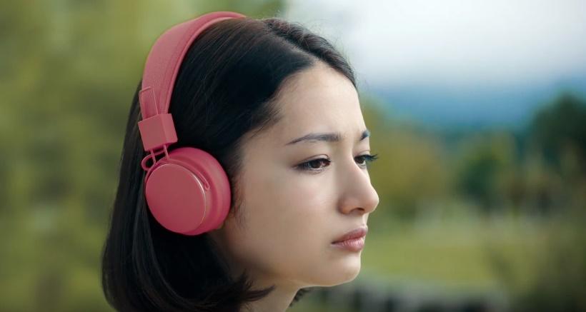 スポティファイ(Spotify)CMの女性は誰?犬とサーフィンする女の子がかわいい!