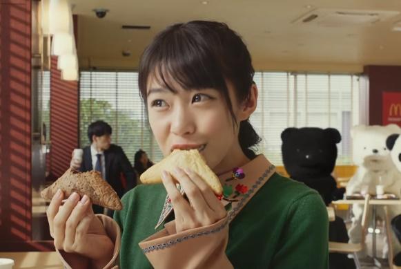 三角チョコパイCMの女性は誰?黒白どっちも食べちゃう女の子がかわいい!