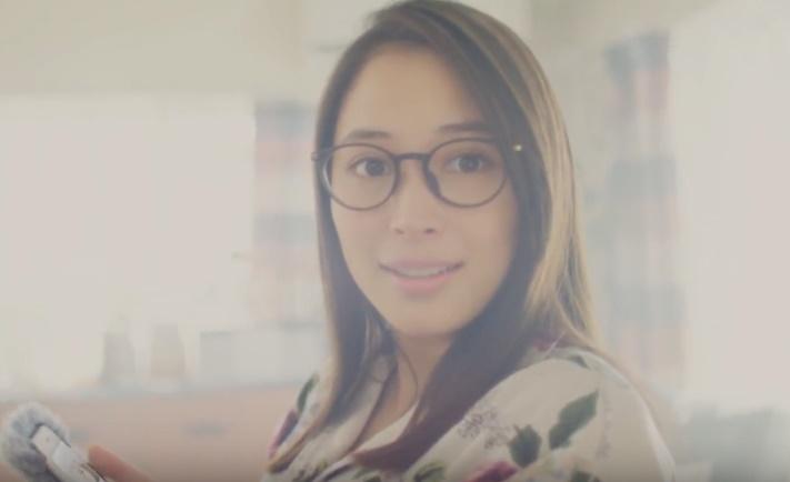 ジョイ(XOY)CMの女性は誰?パジャマ姿のメガネをかけた女の子がかわいい!