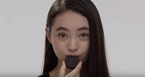 ノアール(Noir)CMの女性は誰?ビスケットを食べる女の子がかわいい!