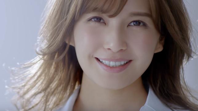 日成アドバンスCMの女性は誰?「おはよう」と話す白シャツ女の子がかわいい!