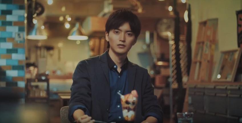アイカ工業CMの俳優は誰?カフェでパフェを食べる男性がイケメン!