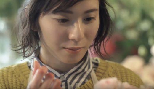 マウントレーニアCMの女優は誰?コーヒーを飲む花屋の店員役の女の子がかわいい!