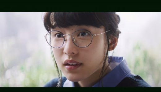 モスバーガーCMの女優は誰?食べる様子を実況する丸眼鏡の女の子がかわいい!
